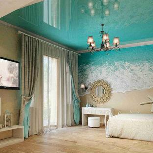 Modernes Gästezimmer mit bunten Wänden, hellem Holzboden, beigem Boden, Tapetendecke und Tapetenwänden in Miami