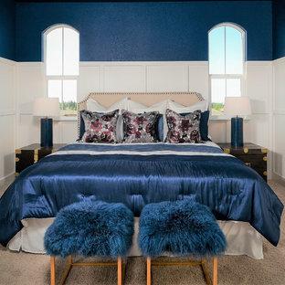 Diseño de dormitorio principal, tradicional renovado, pequeño, sin chimenea, con paredes azules, moqueta y suelo beige