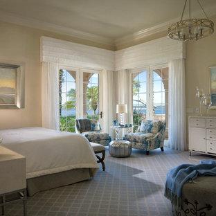 Imagen de dormitorio principal, mediterráneo, grande, sin chimenea, con paredes beige, moqueta y suelo azul