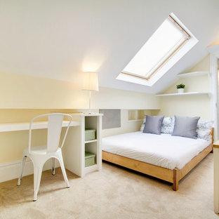 Idee per una piccola camera da letto minimal con pareti gialle e moquette