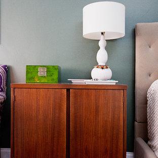 Ejemplo de dormitorio principal, bohemio, de tamaño medio, con paredes verdes, suelo de madera oscura y suelo marrón