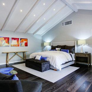Ejemplo de dormitorio contemporáneo con paredes blancas y suelo azul