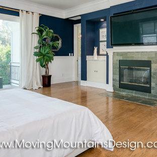 ロサンゼルスの大きいコンテンポラリースタイルのおしゃれな主寝室 (青い壁、無垢フローリング、標準型暖炉、石材の暖炉まわり) のレイアウト