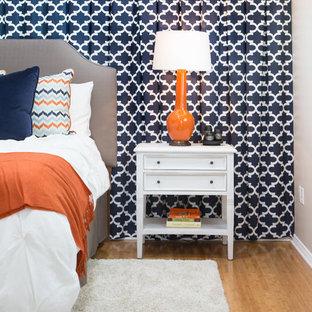 Ejemplo de dormitorio principal, contemporáneo, de tamaño medio, sin chimenea, con paredes azules y suelo de bambú