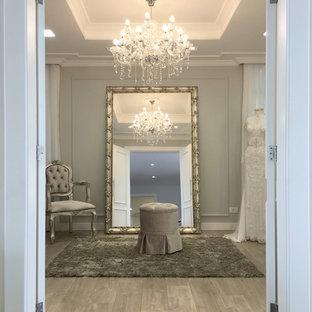 Ejemplo de dormitorio principal, tradicional, de tamaño medio, sin chimenea, con paredes grises, suelo laminado y suelo gris