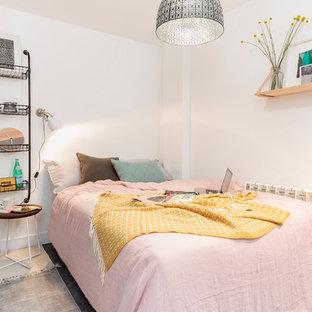 Idee per una camera da letto nordica con pareti bianche e parquet scuro