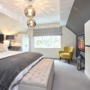 Aménagement d'une chambre avec moquette classique avec un mur blanc, une cheminée standard, un manteau de cheminée en bois et un sol gris.