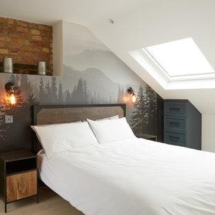 Idéer för ett industriellt gästrum, med vita väggar, ljust trägolv och beiget golv