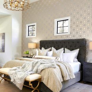 Cette image montre une très grand chambre parentale traditionnelle avec un mur blanc et un sol en bois clair.
