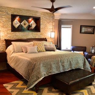Пример оригинального дизайна: большая хозяйская спальня в стиле современная классика с коричневыми стенами, темным паркетным полом и красным полом без камина