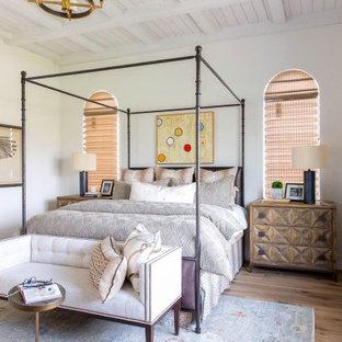 Bild på ett stort vintage huvudsovrum, med vita väggar, ljust trägolv och beiget golv