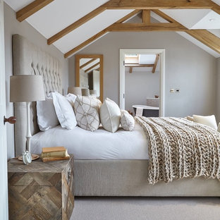 Diseño de dormitorio campestre con paredes grises y moqueta