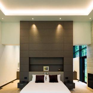 Foto de dormitorio principal, actual, extra grande, con paredes blancas, moqueta, chimenea lineal, marco de chimenea de baldosas y/o azulejos y suelo beige