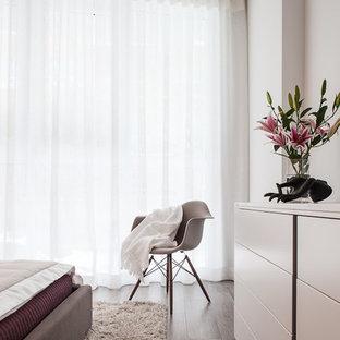 На фото: гостевые спальни среднего размера в стиле модернизм с белыми стенами и полом из керамической плитки без камина