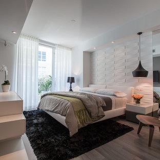マイアミの中くらいのモダンスタイルのおしゃれな主寝室 (白い壁、セラミックタイルの床、暖炉なし)