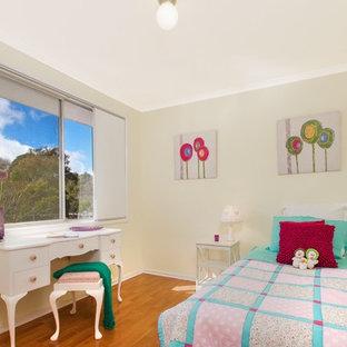 キャンベラのコンテンポラリースタイルのおしゃれな寝室 (黄色い壁、無垢フローリング)