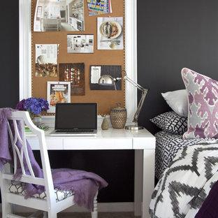 Immagine di una camera da letto eclettica con pareti nere e moquette