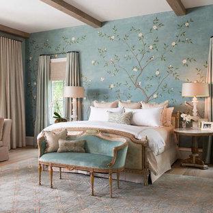 Idee per una camera matrimoniale classica con pareti multicolore e parquet chiaro