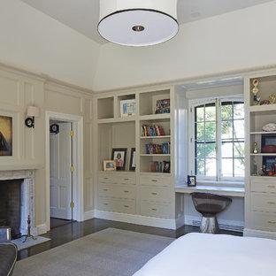 Großes Klassisches Gästezimmer mit beiger Wandfarbe, dunklem Holzboden, Kamin und verputzter Kaminumrandung in Boston