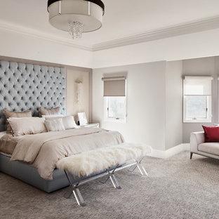 Ispirazione per una grande camera matrimoniale design con pareti grigie, moquette e nessun camino