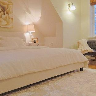 Ejemplo de dormitorio principal, clásico, grande, con paredes blancas, suelo de madera en tonos medios y suelo naranja