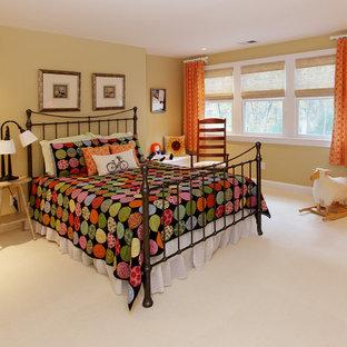 Imagen de habitación de invitados tradicional, grande, sin chimenea, con paredes amarillas, moqueta y marco de chimenea de baldosas y/o azulejos