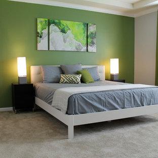Modelo de dormitorio principal, minimalista, grande, con paredes verdes y moqueta