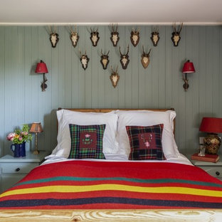Diseño de dormitorio rural, pequeño, con paredes verdes