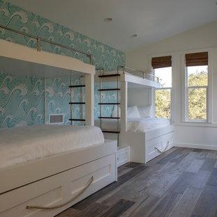 Modelo de habitación de invitados vintage, de tamaño medio, con paredes multicolor, suelo de baldosas de cerámica y suelo marrón