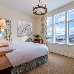 Ejemplo de habitación de invitados rural, de tamaño medio, sin chimenea, con paredes amarillas, suelo de madera en tonos medios y suelo marrón
