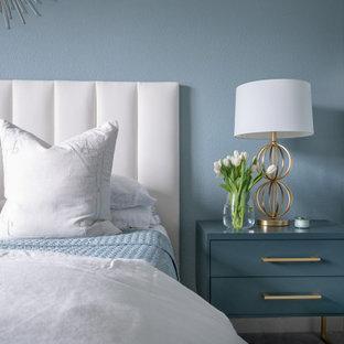 На фото: большая хозяйская спальня в стиле современная классика с синими стенами, ковровым покрытием и серым полом без камина с