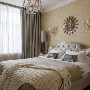 Пример оригинального дизайна: маленькая хозяйская спальня в классическом стиле с желтыми стенами и светлым паркетным полом без камина