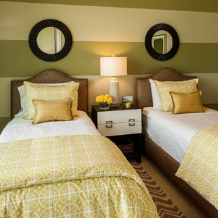 ポートランドの中くらいのコンテンポラリースタイルのおしゃれな客用寝室 (マルチカラーの壁、カーペット敷き、暖炉なし) のインテリア