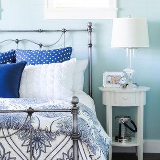 Immagine di una piccola camera degli ospiti stile marino con pareti blu e pavimento in linoleum