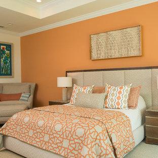 Modelo de dormitorio clásico, de tamaño medio, sin chimenea, con parades naranjas y moqueta