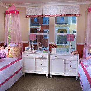 На фото: с высоким бюджетом гостевые спальни среднего размера в стиле современная классика с розовыми стенами и ковровым покрытием