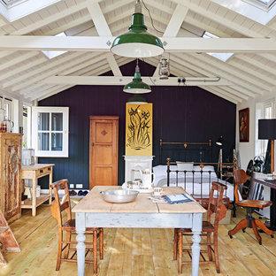 Неиссякаемый источник вдохновения для домашнего уюта: спальня в стиле кантри с черными стенами, паркетным полом среднего тона и желтым полом