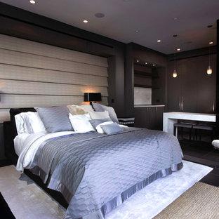 Modelo de habitación de invitados actual, de tamaño medio, con paredes grises, suelo de mármol, chimenea de doble cara, marco de chimenea de piedra y suelo negro