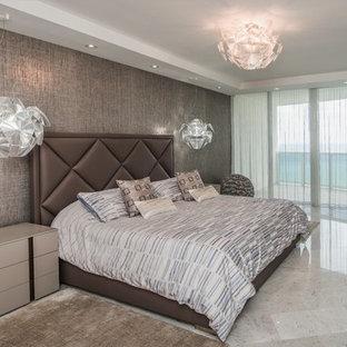 Diseño de dormitorio principal, contemporáneo, de tamaño medio, sin chimenea, con paredes marrones y suelo de mármol
