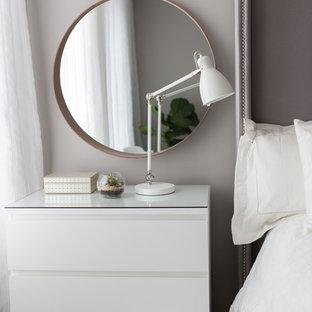 Ejemplo de dormitorio principal, minimalista, pequeño, sin chimenea, con paredes grises y suelo de madera en tonos medios