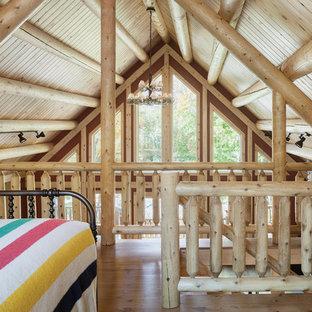 Foto de dormitorio tipo loft, rural, de tamaño medio, con paredes rojas y suelo de madera en tonos medios