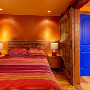 Diseño de dormitorio principal, de estilo americano, de tamaño medio, con parades naranjas y suelo de madera en tonos medios