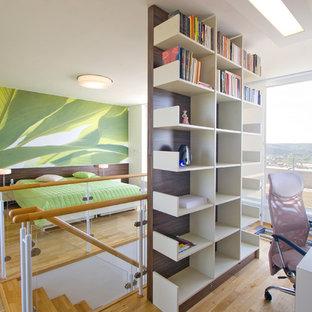 Foto de dormitorio tipo loft, contemporáneo, sin chimenea, con paredes blancas y suelo de madera clara