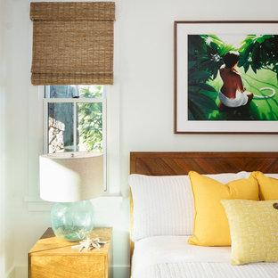 ハワイの広いトロピカルスタイルのおしゃれな主寝室 (白い壁、セラミックタイルの床、暖炉なし、グレーの床)