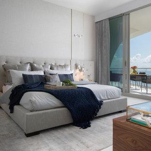 Idee per una camera matrimoniale minimal con pareti bianche e pavimento grigio