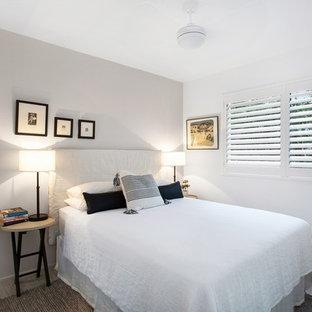 Ejemplo de dormitorio costero, pequeño, con paredes beige, suelo vinílico y suelo beige