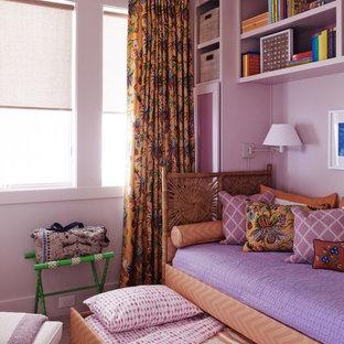 Modelo de habitación de invitados marinera, grande, con paredes blancas y moqueta