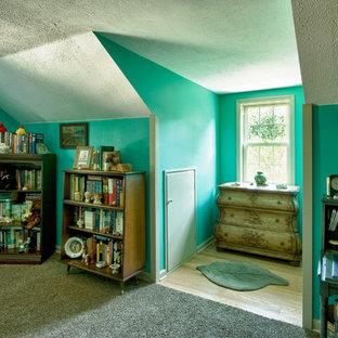 Modelo de dormitorio principal, bohemio, de tamaño medio, con paredes azules y suelo de madera clara