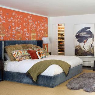 Eklektisk inredning av ett sovrum, med orange väggar
