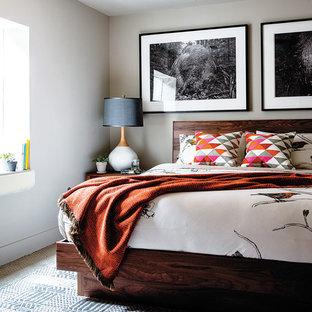 Стильный дизайн: спальня в стиле ретро с белыми стенами, ковровым покрытием и разноцветным полом без камина - последний тренд
